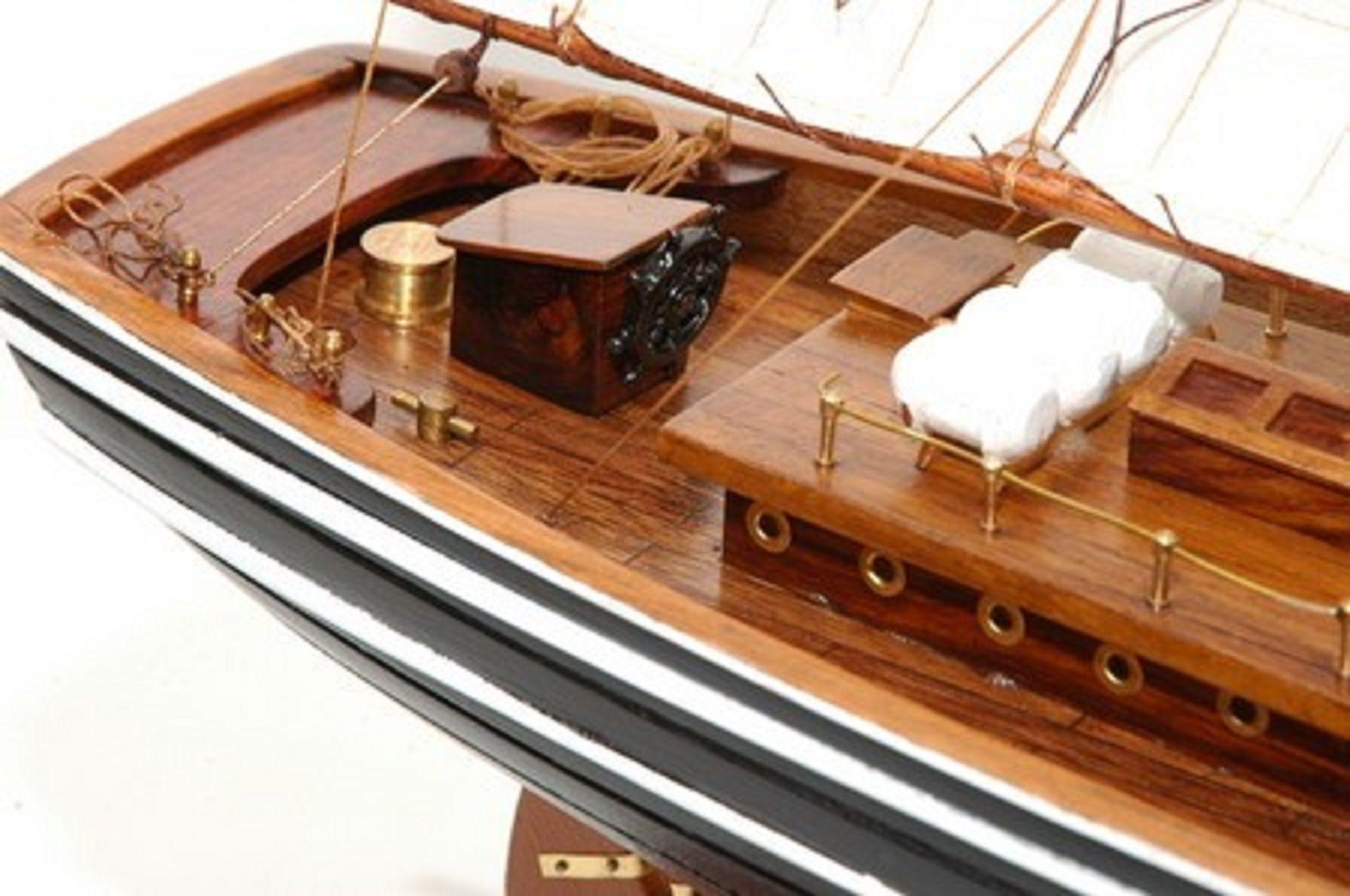471-6977-Blue-Nose-II-Model-Yacht-Premier-Range