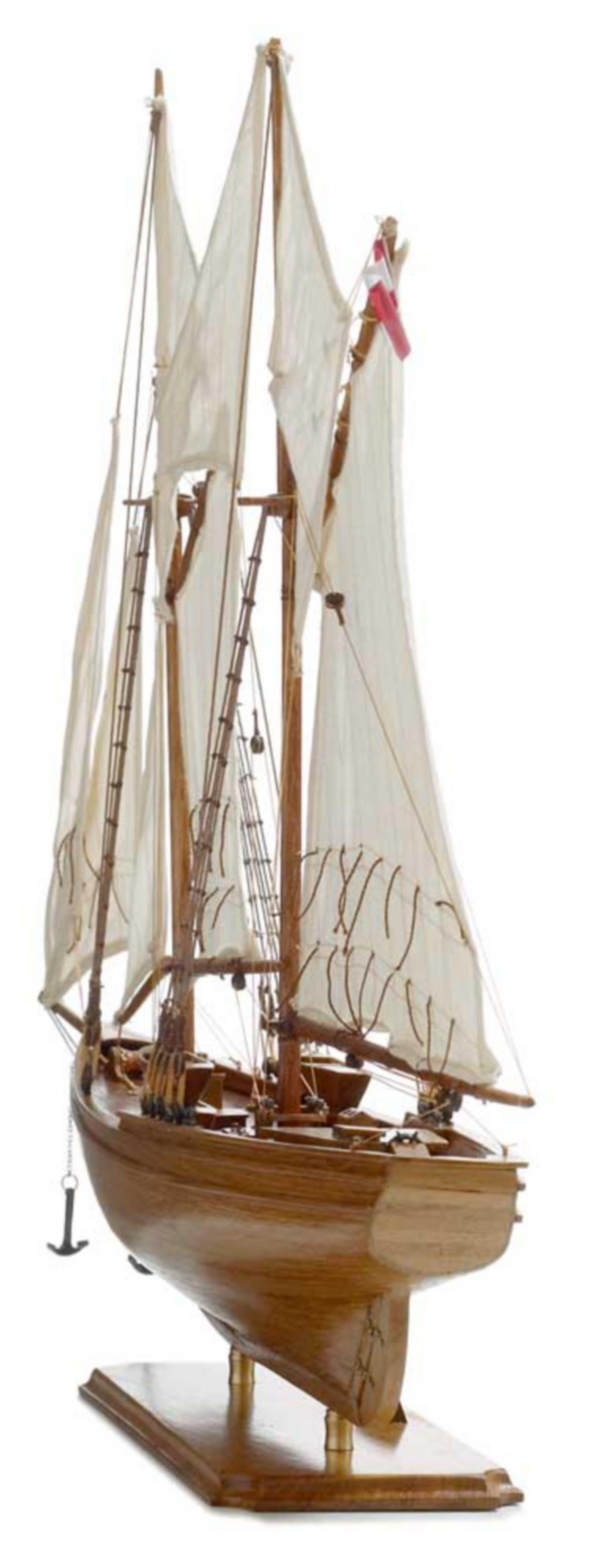 116-8124-Blue-Nose-I-Model-Yacht-Superior-Range