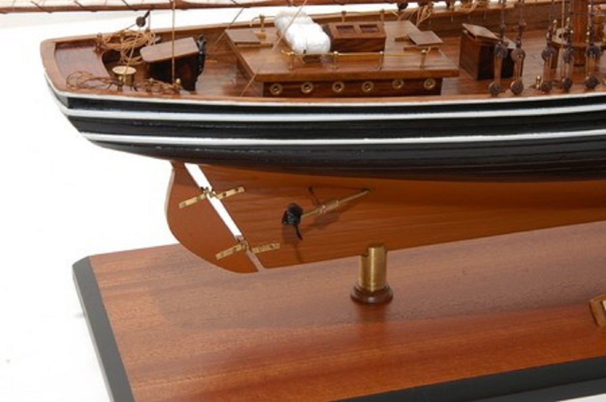 471-6971-Blue-Nose-II-Model-Yacht-Premier-Range